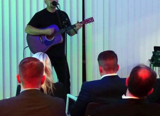 Franky von Tide spielt auf dem Benefizkonzert des MHL.