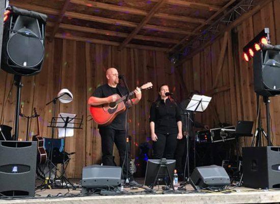 Franky von Tide & Birgit Leuthold spielen beim Sommerfest im Schupke
