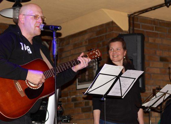 Franky von Tide & Birgit Leuthold geben ein Privatkonzert in Berlin-Köpenick