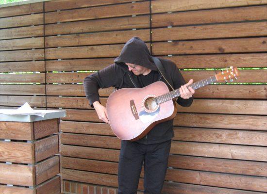 Gitarre wird ausgepackt