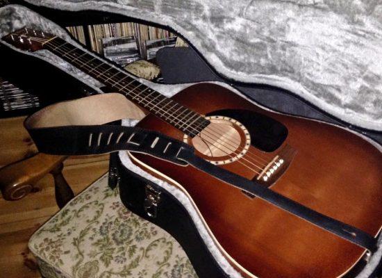Akustische Gitarre wird eingespielt