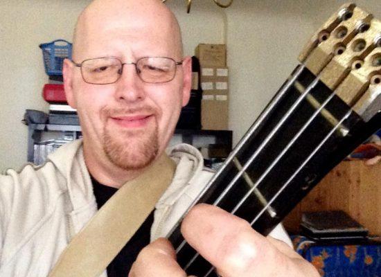 Franky von Tide spielt Bass