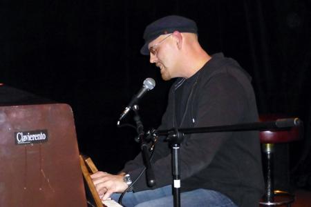 Franky von Tide am Klavier