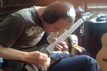 Steve Schultze beim Einspielen der Leadgitarre