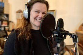 Birgit Leuthold singt die Backgroundstimmen ein