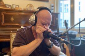 Harald Rudziansky spielt Mundharmonika ein